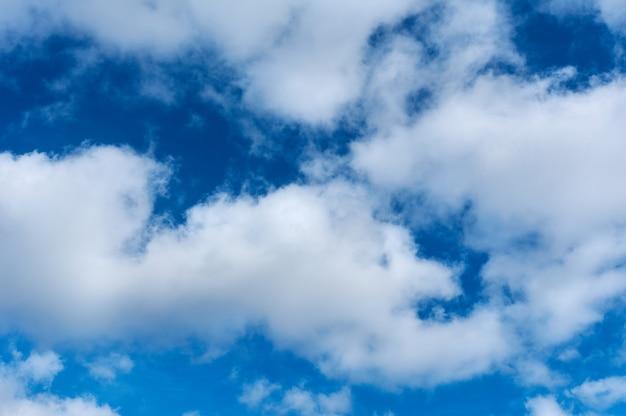 Magnifique ciel bleu avec des nuages duveteux, des textures copient l'arrière-plan de l'espace,