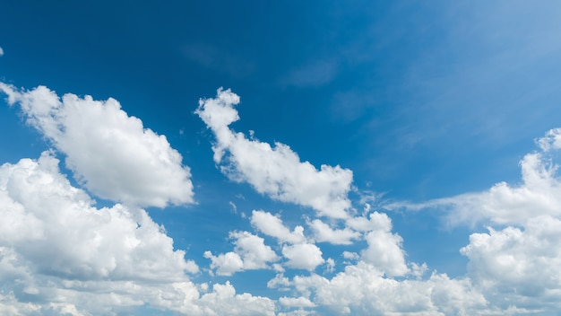 Magnifique ciel bleu et panorama de nuages blancs