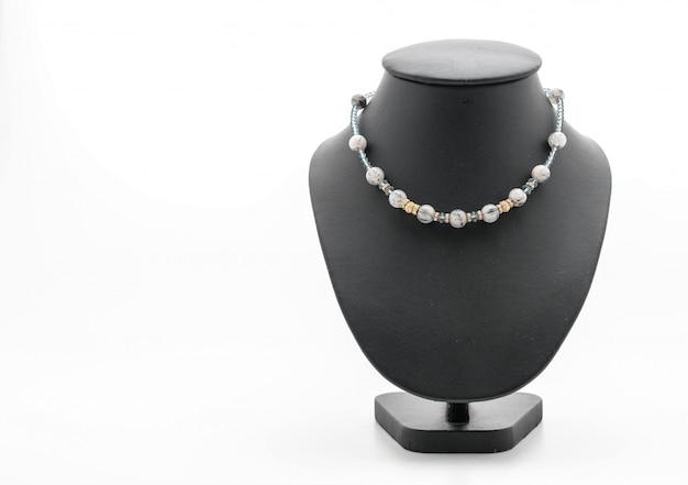 Magnifique collier de luxe sur le cou de bijoux