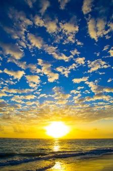 Magnifique coucher de soleil au-dessus de la mer