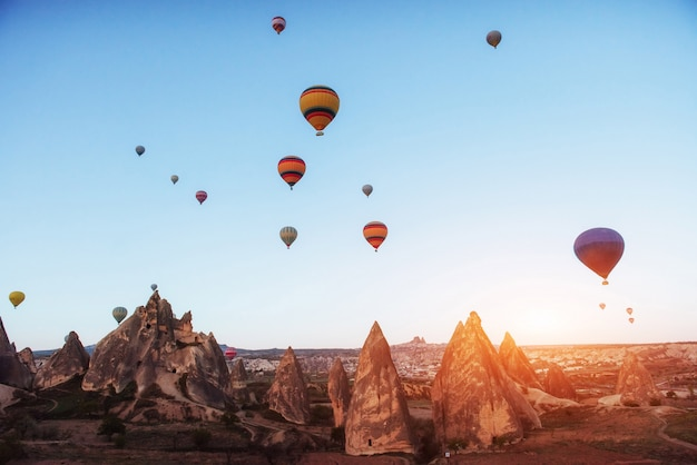 Magnifique coucher de soleil sur la cappadoce. ballons de belles couleurs. dinde