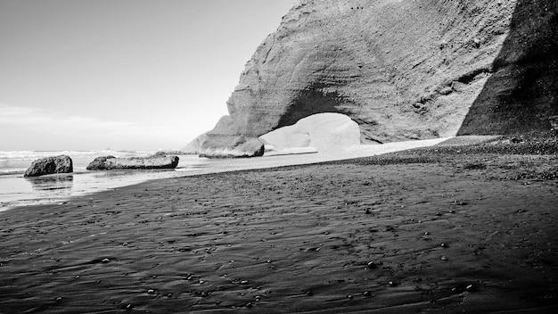 Un magnifique coucher de soleil sur la célèbre plage de legzira. maroc. afrique du nord