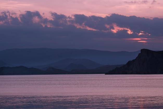 Magnifique coucher de soleil sur la côte de la mer. idée et concept d'harmonie