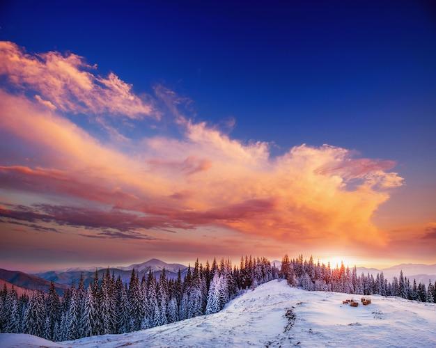 Magnifique coucher de soleil dans les montagnes