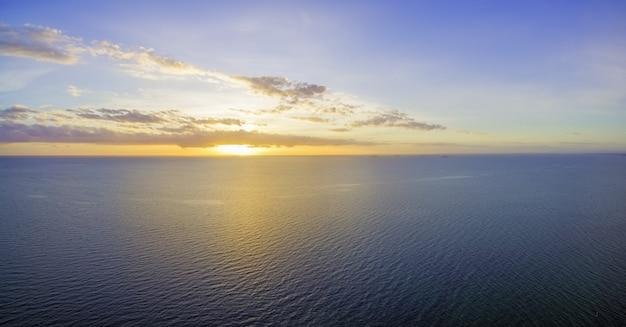 Magnifique coucher de soleil jaune-violet brillant