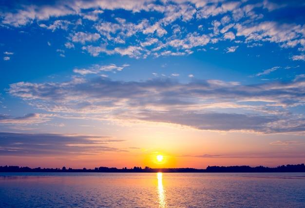 Magnifique coucher de soleil sur le lac