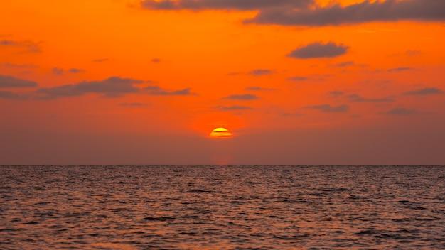 Magnifique coucher de soleil sur la mer noire. coucher de soleil sur la mer d'or, poti, géorgie.