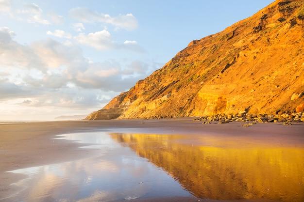 Magnifique coucher de soleil à ocean beach, nouvelle-zélande.