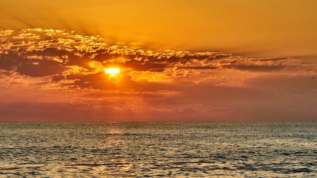 Magnifique coucher de soleil sur l'océan. été à sotchi, russie