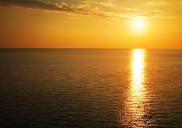 Magnifique coucher de soleil sur l'océan. lever de soleil sur la mer