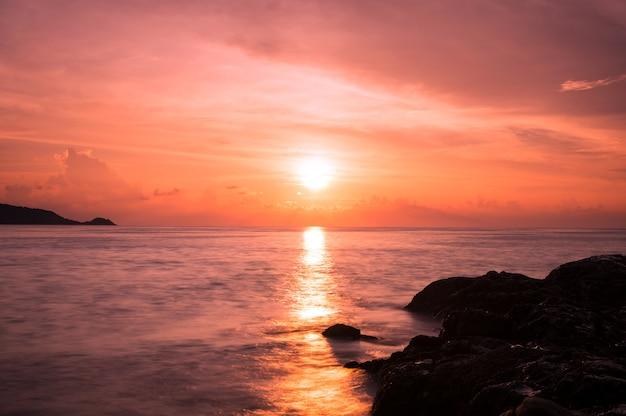 Le magnifique coucher de soleil à patong shoreline, phuket