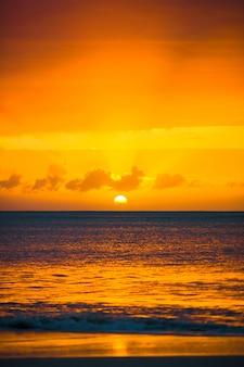 Magnifique coucher de soleil sur une plage des caraïbes exotique