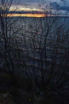 Magnifique coucher de soleil sur la volga