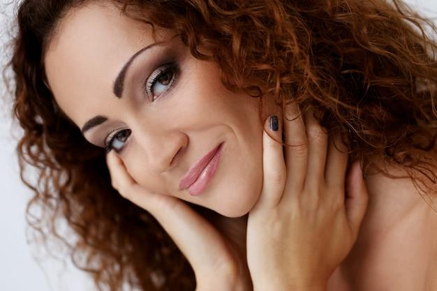 Magnifique femme avec beau visage