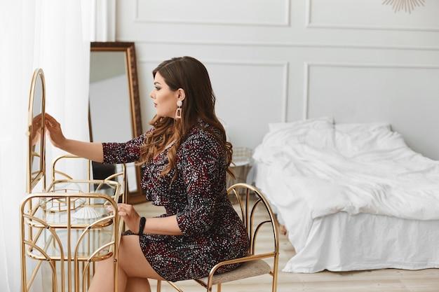 Magnifique, femme, séance, robe, table, regarder, miroir