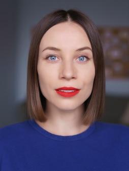 Magnifique gros plan portrait de femme caucasienne aux yeux bleus, sking blanc et lèvres rouges, cheveux naturels