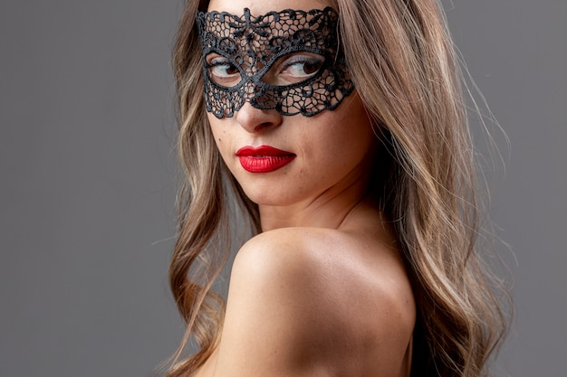Magnifique jeune femme avec masque