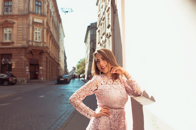 Magnifique modèle bronzé posant dans une adresse à la mode dans la rue