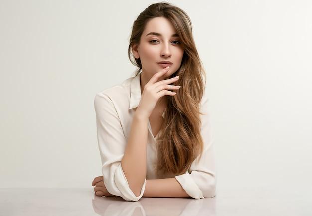 Magnifique modèle femme brune en vêtements blancs