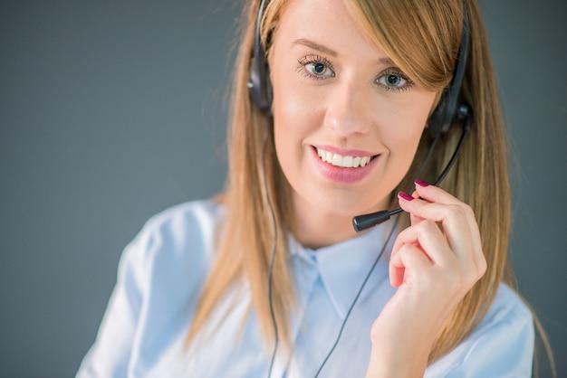 Magnifique opérateur du centre d'appels. femme de la vingtaine.