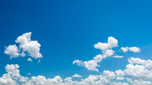 Magnifique panorama de ciel bleu et nuages blancs