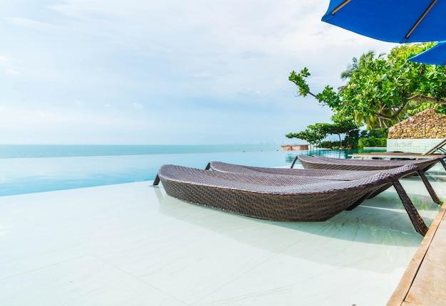 Magnifique parasol et chaise de luxe autour de la piscine extérieure de l'hôtel et de la station