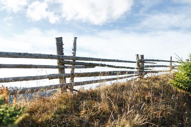 Le magnifique paysage de la clôture dans les montagnes et la forêt