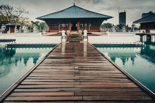 Le magnifique paysage du majestueux temple bouddhiste seema malaka sur le spectaculaire lac beira à colombo, au sri lanka. lieu idyllique pour la méditation, le repos et la détente.