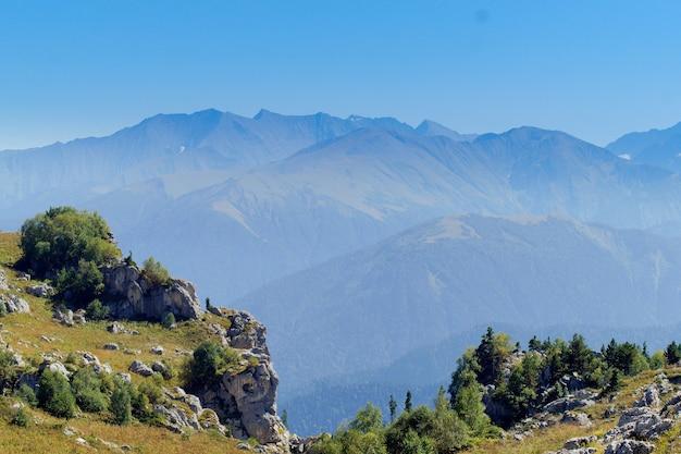Magnifique paysage de montagne dans une brume. espace pour le texte