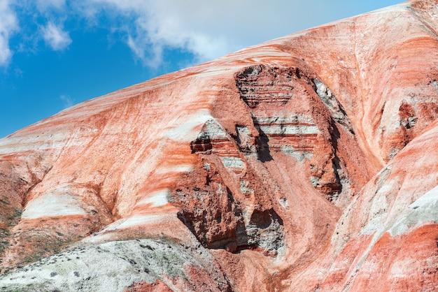 Magnifique paysage de montagnes rouges à rayures
