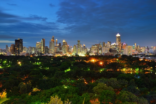 Magnifique paysage urbain de la période de la nuit à bangkok, en thaïlande. lumphini park est un parc à bangkok,