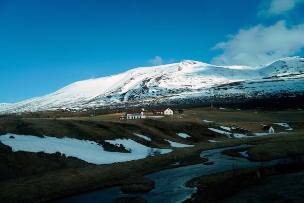 Magnifique paysage d'une vue de l'itinéraire entre la visite en voiture de l'islande en été.
