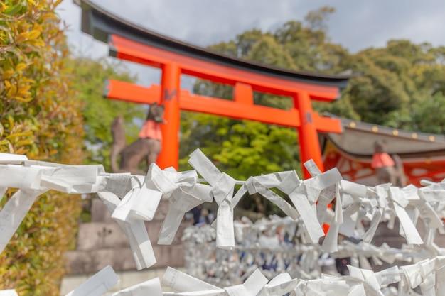 Magnifique petit papier souhaitant des plaques dans le sanctuaire fushimi inari à kyoto, au japon