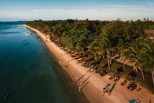 Sur la magnifique plage de l'île maurice le long de la côte.