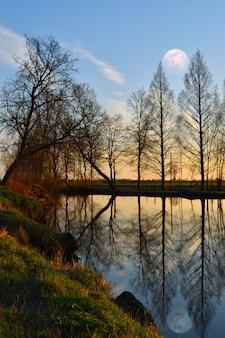 Magnifique pleine lune dans la campagne reflétée sur la rivière