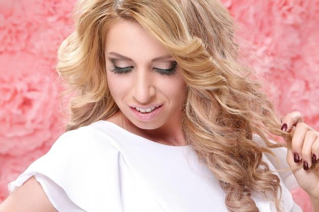 Magnifique portrait de femme blonde adulte