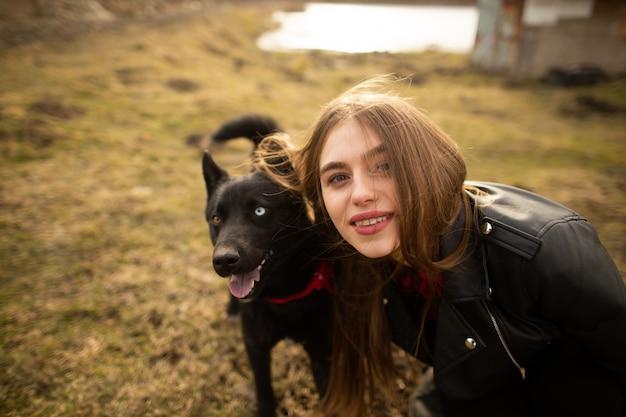 Un magnifique portrait d'une fille et de son chien aux yeux colorés.