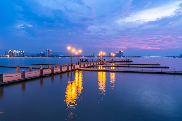 Le magnifique quai du lac et le ciel à yixing, chine