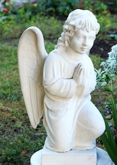 Magnifique sculpture d'un ange de prière.