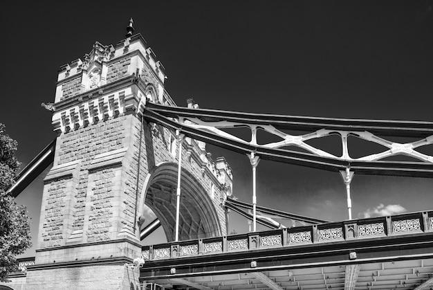 Magnifique tower bridge par une belle journée d'été.
