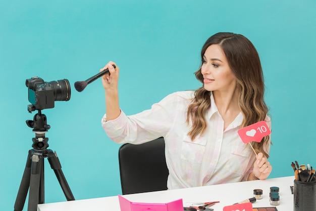 Magnifique vidéo de maquillage d'enregistrement de blogueur