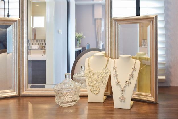 Magnifiques colliers avec miroirs sur la table en bois