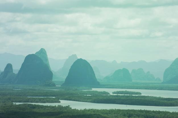 Magnifiques îles au lever du soleil et mer au point de vue de samet nangche