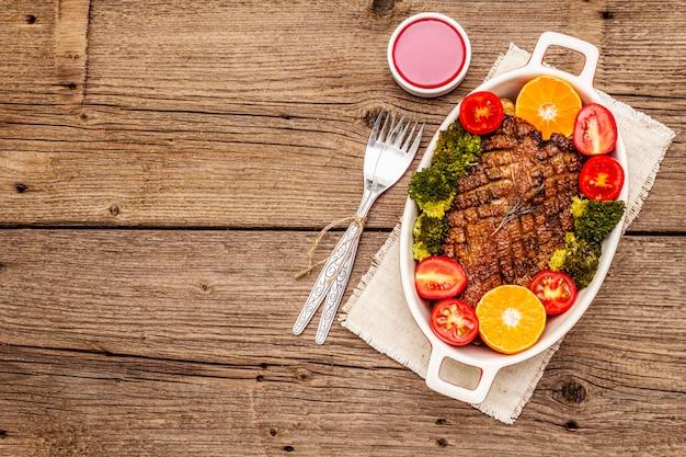 Magret de canard au four avec légumes et sauce. concept d'aliments sains traditionnels.