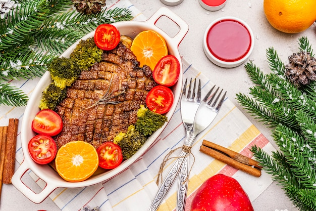Magret de canard au four avec légumes et sauce. concept de dîner de noël, table de nouvel an.