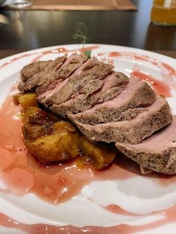 Magret de canard aux poires sauce framboise