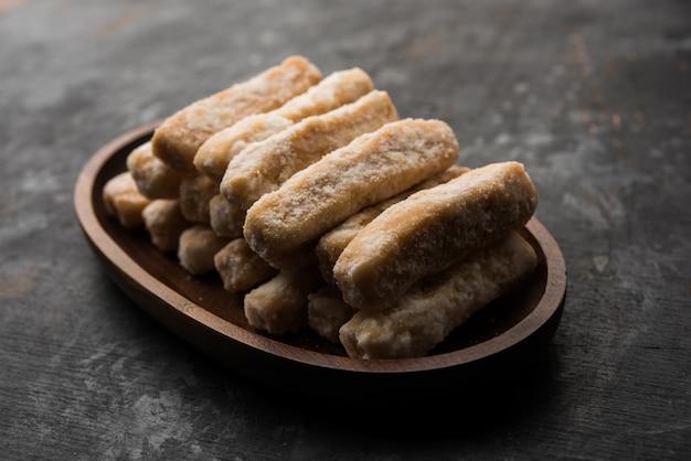 Maida petha à base de farine de maïs avec enrobage de sirop de sucre