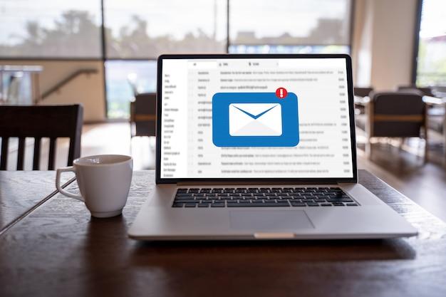 Mail communication connection message aux contacts de publipostage téléphone concept global letters