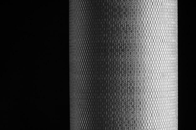 Maille métallique pour filtre en rouleau sur fond noir