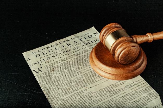 Maillet en bois brun sur la déclaration d'indépendance américaine